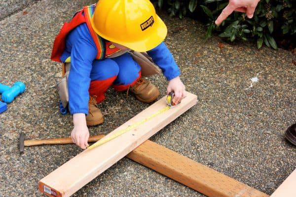 a child measuring a raspberry support